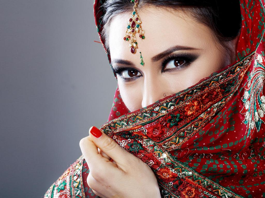 Beautiful Eyes of Indian Girl with Saree - HD Wallpapers